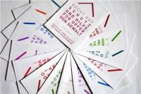 Mehrere Gewaltschutzfolder in verschiedenen Sprachen